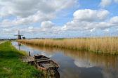 Vecchia barca in un fosso in olanda — Foto Stock