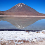 réflexion de volcan dans la laguna verde — Photo #19767119