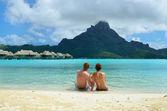 Romantik balayı çift üzerinde bora bora — Stok fotoğraf