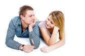 少女と少年はお互いを見て笑みを浮かべてください。 — ストック写真