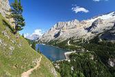 Dolomiti - перевал fedaia с озером — Стоковое фото