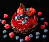 Cake with fresh berries and chocolate — Stock Photo