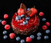 Torta con cioccolato e frutti di bosco freschi — Foto Stock