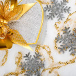 Christmas silver heart gift box with golden ribbon in snow on a  — Foto de Stock