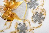Caja de regalo de corazón de plata navidad con cinta de oro en la nieve en un — Foto de Stock