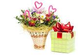Krásná kytice v košíku a krabičce na bílém pozadí — Stock fotografie