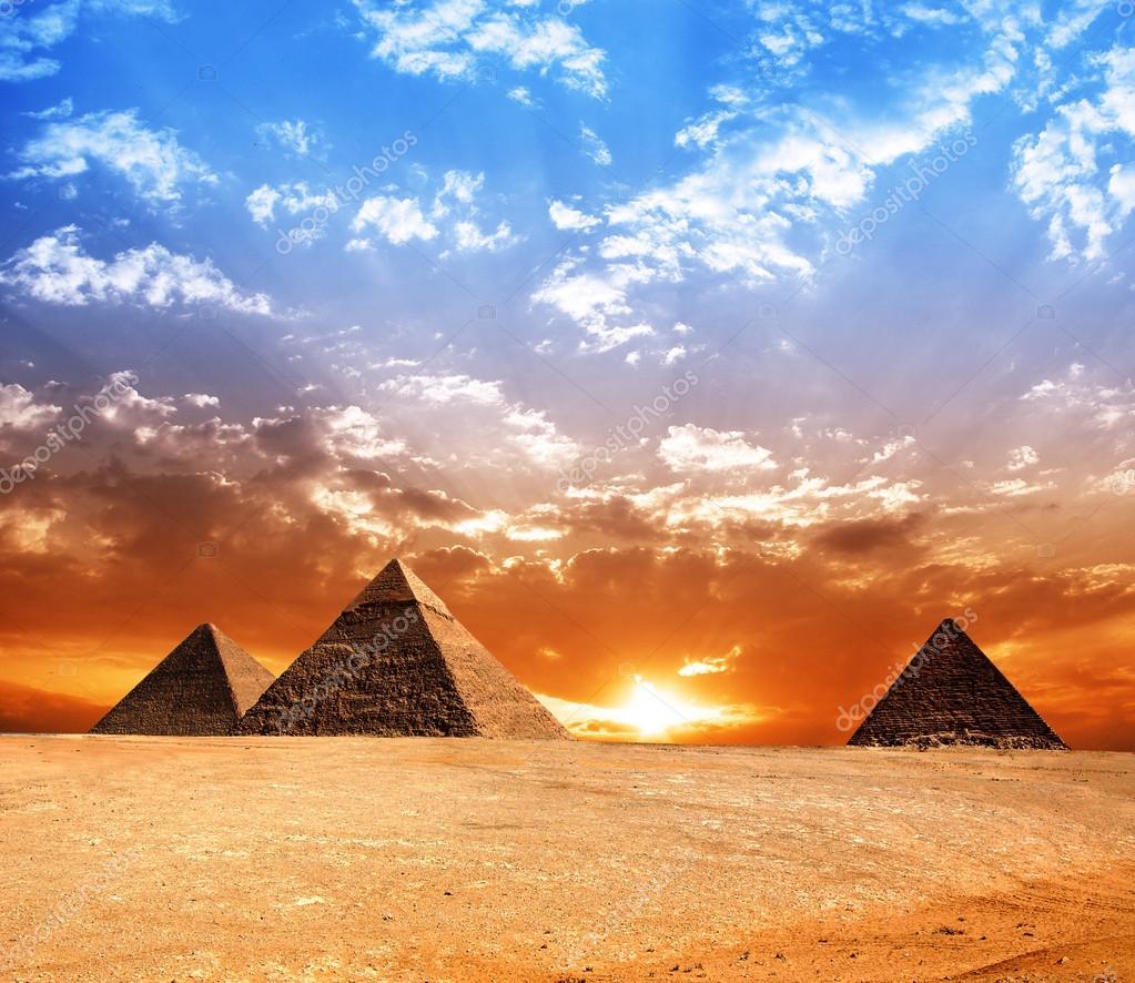 埃及金字塔.具有历史意义的建筑物.全景图— 照片作者 r-o-m-a