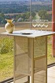 Fyra tomma vinglas på ett bord under solen — Stockfoto