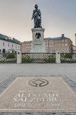 Mozart staty på mozart square (mozartplatz) på salzburg, austri — Stockfoto