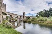 Mittelalterliche Brücke in Besalu, Spanien — Stockfoto