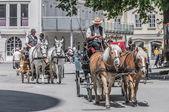 Carro en las calles de salzburgo, austria — Foto de Stock