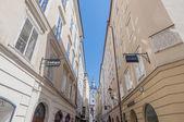 Calle en el casco antiguo de salzburgo, austr comercial getreidegasse — Foto de Stock
