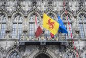 Bayrakları Belediye Binası cephe Mons, Belçika. — Stok fotoğraf