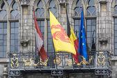 σημαίες στο δημαρχείο πρόσοψη στην mons, βέλγιο. — Φωτογραφία Αρχείου