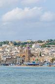 Haven van marsaxlokk, een vissersdorp in malta. — Stockfoto