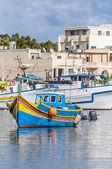 Traditionele luzzu boot in marsaxlokk harbor in malta. — Stockfoto
