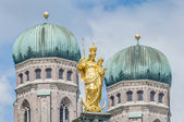 在慕尼黑,德国的 mariensaule 列. — 图库照片