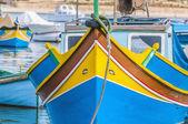 マルサシュ ロック港マルタで伝統的な luzzu ボート. — ストック写真