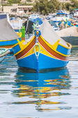 Traditionellen luzzu boot im marsaxlokk hafen in malta. — Stockfoto