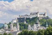 Salzburg Fortress (Festung Hohensalzburg) seen from Salzach rive — Stock Photo