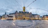 Het centrale plein en het stadhuis in mons, belgië. — Stockfoto