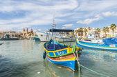 Luzzu tradicional barco no porto de marsaxlokk em malta. — Foto Stock