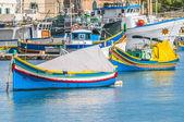 Tradiční luzzu loď na přístav marsaxlokk na maltě. — Stock fotografie