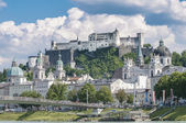 Salzburg Fortress (Festung Hohensalzburg) seen from Salzach rive — Stock Photo