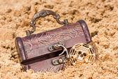 砂浜でゴールドの宝箱 — ストック写真