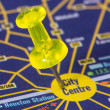 Pushpin on the map showing city center — Stockfoto