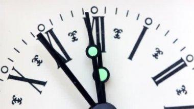 Gamla klockan slår tolv — Stockvideo