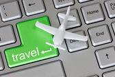 Vliegtuig op toetsenbord met reizen knop — Stockfoto