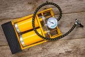 żółty dozownika z miernika — Zdjęcie stockowe