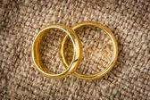 Wedding rings on the burlap — Stock Photo
