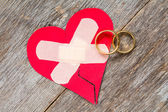 Wedding rings and broken heart  — Stock Photo