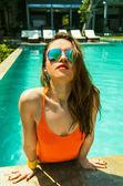 有魅力的女人,在明亮的泳装,太阳镜 — 图库照片