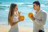 Happy newlyweds with cocktails — Zdjęcie stockowe