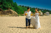Happy newlyweds with cocktails — Stock Photo