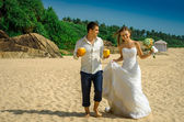 Happy newlyweds with cocktails — Stockfoto