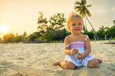 Gelukkig meisje op het strand op de tijd van de dageraad — Stockfoto