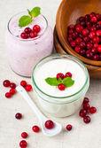 Två burkar av berry dessert grädde — ストック写真