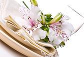 De instelling van de tabel met witte alstroemeria bloemen — Stockfoto