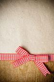 Dřevěné pozadí, stuha a kraft papír — Stock fotografie
