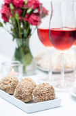 Walnut-chocolate cakes and rose wine — Stock Photo