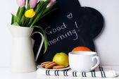 Tulpen, 's ochtends koffie, fruit en krijt board — Stockfoto