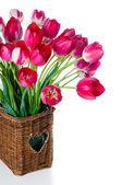 Jasny różowy tulipany w wiklinowym koszu — Zdjęcie stockowe