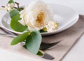Cenário de mesa festiva, com decoração floral — Fotografia Stock