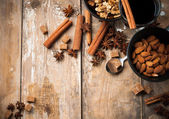 Hot mulled wine, spices and nuts — Stock Photo