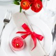 Table setting with red flowers — ストック写真