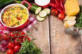 Grönsakspaj i en röd kruka — Stockfoto